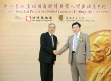 新鸿基地产副主席兼董事总经理郭炳联博士(右)与香港中文大学校长刘遵义教授于五周年庆祝会上,宣布邀得三位重量级诺贝尔经济学奖得主来港。