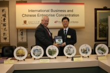 """Programme Directors of the """"International Business and Chinese Enterprise"""" concentration (IBCE), Prof. William R. Folks of University of South Carolina (USC) (left) and Prof. Gordon Cheung of CUHK exchanged souvenirs."""