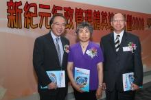 左起:香港中文大学副校长郑振耀教授、中华人民共和国教育部机关服务局副局长孟庆芬女士,以及九龙总商会理事长刘志伟先生