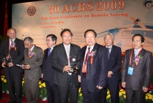 Academician Li Deren (3rd right), former president of Wuhan Technical University of Surveying and Mapping (Prof. Lin Hui's Alma Mater), congratulating Prof. Lin on being awarded the Outstanding Contribution Prize