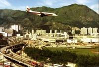 创立于1960年的泰国国际航空公司客机,正准备降落启德机场跑道。