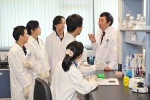 Prof. Joseph Sung passes on his experience to future doctors at the laboratory