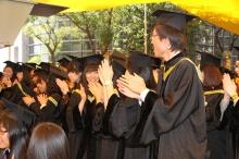 除了三個榮譽博士學位,大會同時頒授 7,136 個學位