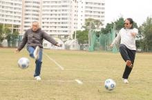 劉遵義校長(左)和徐立之校長主持開球禮