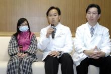(左起)克隆氏症患者袁小姐、中大内科及药物治疗学系教授胡志远教授,以及中大外科学系结直肠外科组教授吴兆文教授