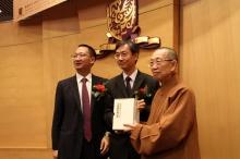 佛光山文教基金会代表致送纪念品予香港中文大学