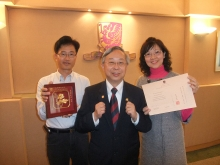 From left: Mr. Luk Yiu-wing, Prof. Kwan Hoi-shan and Mrs. Chan Tsoi Yuk-yin [Pins worn by Professor Kwan: 1975 CUHK graduate (left), 2009 Long Service Award (right)]