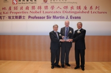 SHKP Executive Director Mike Wong (right) and CUHK Acting Vice-Chancellor Professor Liu Pak-wai present a souvenir to Sir Martin