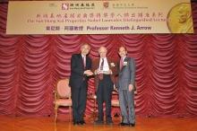 新地執行董事黃奕鑑(右)及中大校長劉遵義教授贈送紀念品予1972年諾貝爾經濟學獎得主肯尼斯‧阿羅教授