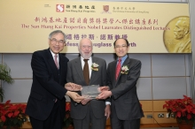 SHKP Executive Director Michael Wong (right) and CUHK Vice-Chancellor Lawrence Lau present a souvenir to Douglass North, 1993 Nobel Laureate in economics