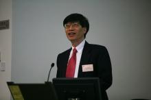 楊綱凱教授於講座前向同學簡介多個有關粒子物理學的有趣課題