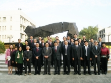 Professor Kenneth Young (6 from right, front row), Professor Zhang Junsheng (7 from right, front row), Professor Yang Wei (5 from right, front row) and representatives of the two universities.
