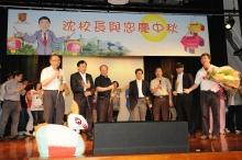 沈祖堯校長率領一眾副校長獻唱一曲「月亮代表我的心」。(左起)鄭振耀副校長、華雲生常務副校長、許敬文副校長、程伯中副校長、黃乃正副校長,以及楊綱凱副校長