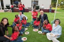沈祖堯校長伉儷(左)、辛世文院長伉儷(右)與合唱團成員共晉燒烤晚餐。Kyarisiima Abia(沈校長右旁)期望長大後入讀中大護理學院,成為一位護士