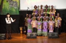 沈军同学与合唱团合唱「感恩的心」,共同对未来谱出希望之声