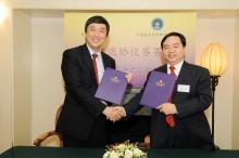 中大校長沈祖堯教授(左)與中國航天員科研訓練中心主任陳善廣教授簽署學術交流協議