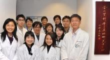 黃錦波教授(右)及其科研團隊攝於香港中文大學蛋白質科學與晶體研究中心