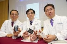 (左起) 中大妇产科学系名誉临床教授刘子建教授、中大妇产科学系梁德杨教授及蔡光伟副教授展示基因晶片