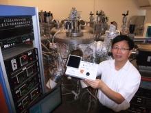 中大物理系蕭旭東教授於製作銅銦鎵硒薄膜太陽能電池的實驗室展示電池的應用。