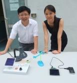 中大物理系蕭旭東教授(左)和李泉教授示範薄膜太陽能電池的應用。