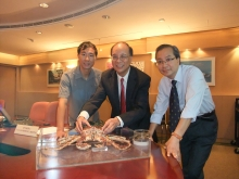 Prof. Dickon Ng, Associate Dean, Faculty of Science; Prof. Chu Ka-hou, Director of the School of Life Sciences and Simon F.S. Li Marine Science Laboratory; and Dr. Tsang Ling-ming, postdoctoral fellow, School  of Life Sciences, CUHK