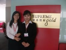 查菲(左)與維吾爾族同事合照