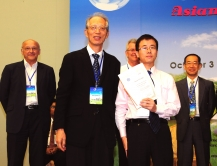 Dr. Chen Fulong (front row, right) with international review committee members at the award presentation ceremony