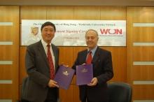 中大校長沈祖堯教授(左)及WUN首席執行官約翰赫恩教授(右)簽署加盟協議書。