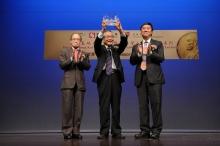 Mr. Michael Wong, Non-Executive Director and Group Principal Advisor, SHKP (left) and Prof. Joseph Sung, Vice-Chancellor, CUHK (right) present a souvenir to Prof. Ei-ichi Negishi