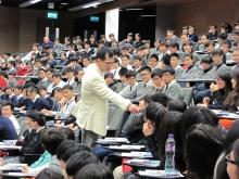 商學院王澤基教授在講座中向同學發問。