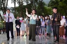 花節音樂總監潘迪華女士(前中)、特別嘉賓林一峰先生(前右一)與沈祖堯校長(前左一)及表演同學合唱《What a Wonderful World》。
