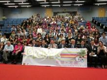 一眾嘉賓與參加「友凝‧友義」計劃的學生及受助者合照,慶祝計劃圓滿成功。