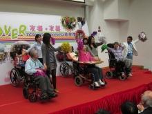 受助的肢體傷殘人士與中大學生一同表演輪椅舞。