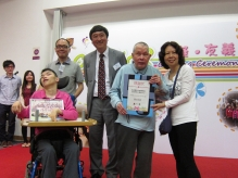 Professor Sung presents souvenirs to representatives of the beneficiaries.