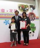 常務副校長華雲生教授致送紀念品予受助機構代表。