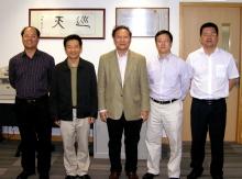 广东省科技厅龚国平副厅长(左二)率团访问太空所,林珲所长(中)向其介绍卫星遥感研究计划的最新发展。