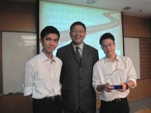中大工程學院副院長(外務)黃錦輝教授(中)與兩位得獎同學合照