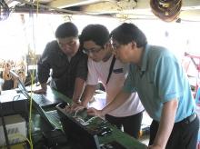 潘家禕教授(右一)領導研究小組成員現場採集海洋環境參數,調查香港的近岸海域環境。