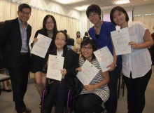 何培斌教授(左一)與優秀研究項目之學生合照。