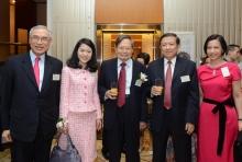 楊振寧教授伉儷與徐冠華教授(右二)及劉遵義教授伉儷合照(左一及右一)。