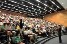 楊綱凱教授主持「希斯玻色子與楊米理論」科普講座,在座高中生踴躍發問。