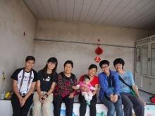 何敬熹同學(右)今年暑假在中國內蒙古敖漢婦女發展協會實習。