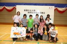 馬麗莊教授與梁啟智博士(後排左二及左一)頒獎予奪得全場總冠軍的隊伍。