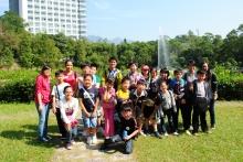 中大義工與小學生一起遊覽校園,欣賞中大美景。