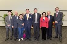 (左起)張俊森教授、李少南教授、高錕夫人、林毅夫教授、沈祖堯校長、林毅夫夫人、周松崗爵士及Vincent Piket先生