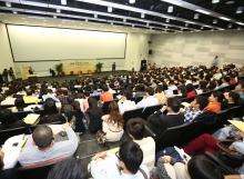 讲座反应热烈,不少听讲者席地而坐。