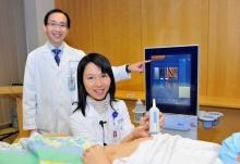 黄炜燊教授(左)及黄丽虹副教授展示最新无创肝脂肪检测仪器。
