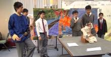 「科技顯六藝」機械人創意比賽「樂」藝組二等獎得主 - 衛理中學的同學向評判展示其作品。