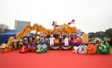 中大学生献上金龙和醒狮表演,象征中大与九所书院。