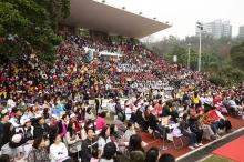 三千名中大学生、教职员及校友齐集岭南运动场,见证中大五十周年校庆启动。